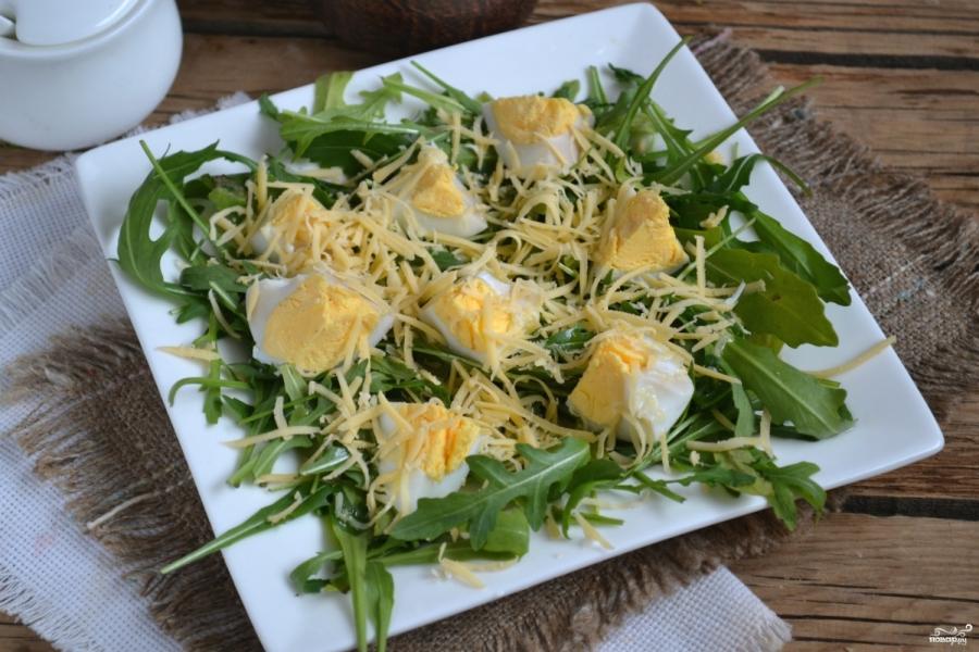 Салат из руколы с яйцом
