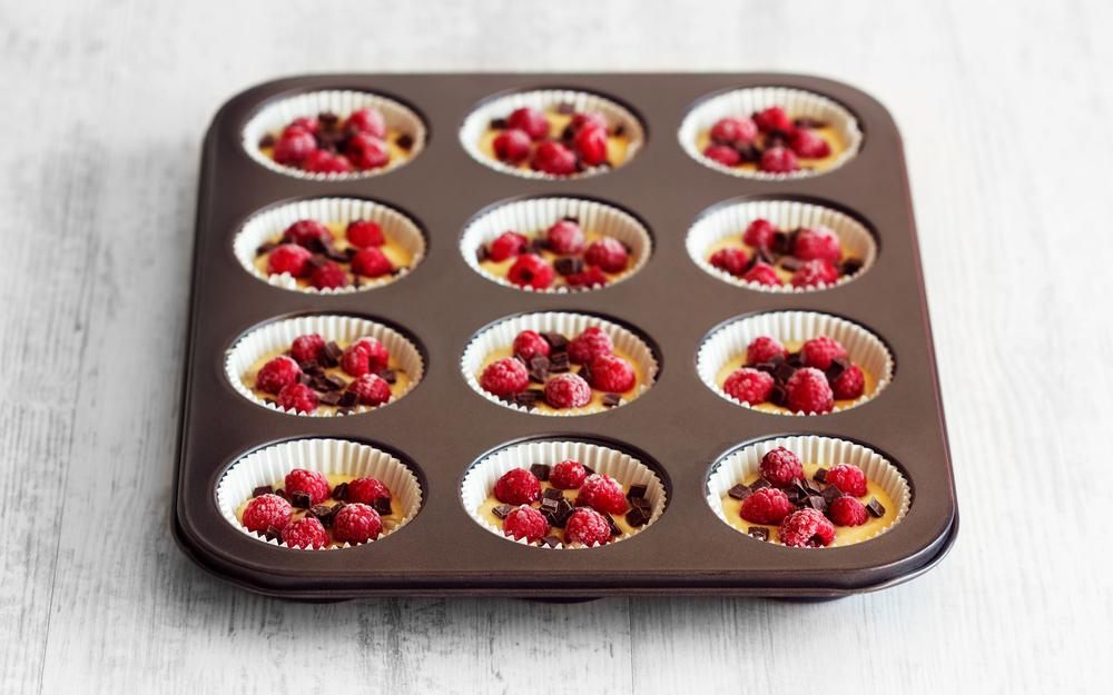 Маффины (кексики) с замороженными ягодами и шоколадом