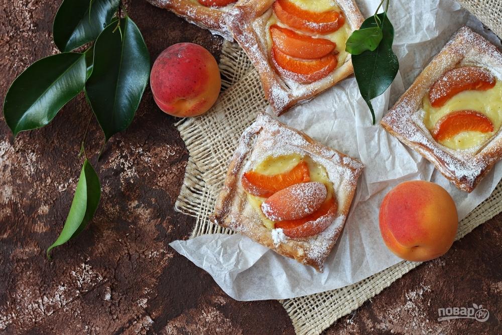 Слойки с творожным кремом и абрикосами