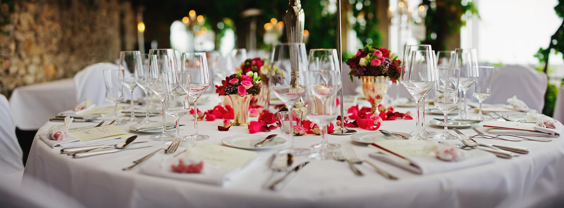Украшенный стол: посуда, свечи, салфетки