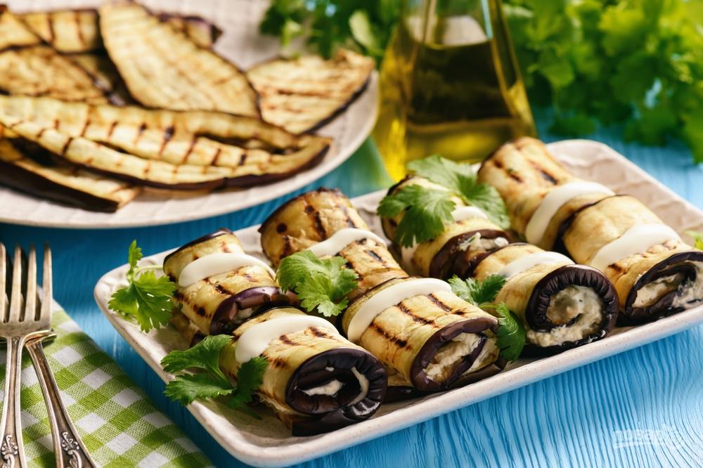 Рулетики из баклажана с крем-сыром, чесноком