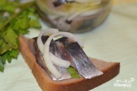 Маринованная сельдь с луком