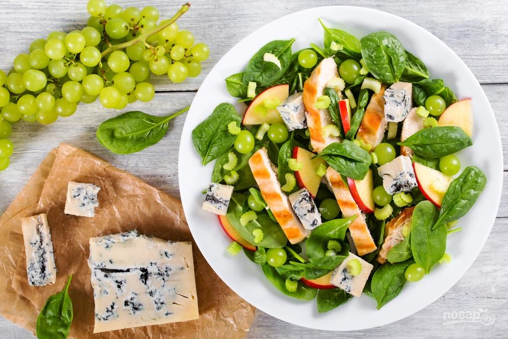 Куриный салат с сыром и фруктами