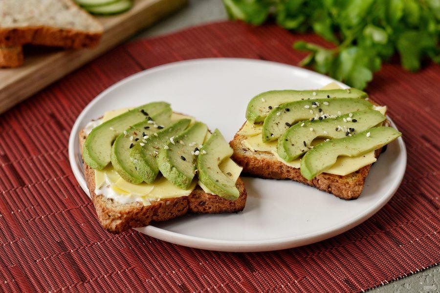 Цельнозерновые бутерброды с сыром и авокадо