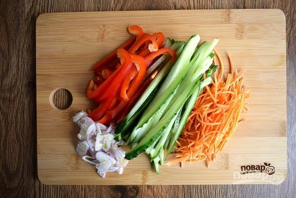Ролл из лаваша с курицей и овощами