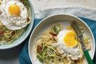 Спагетти с салатом и яйцами