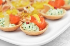 Тарталетки с лососем и авокадо