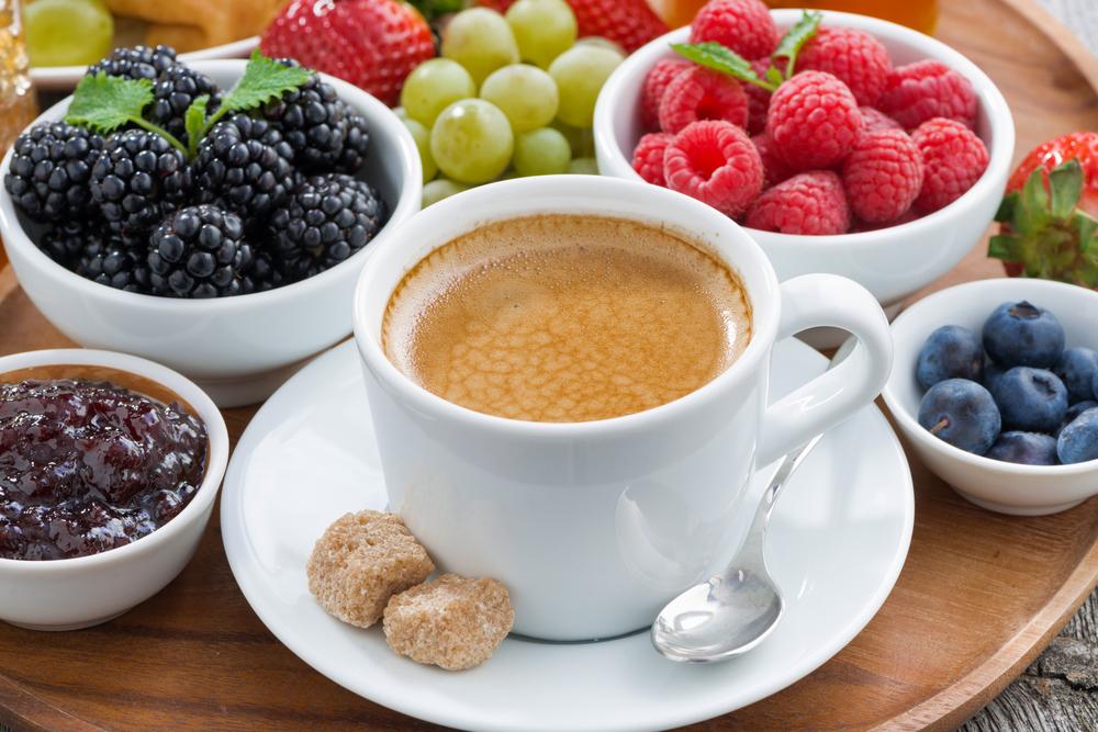 Кофе и свежие фрукты