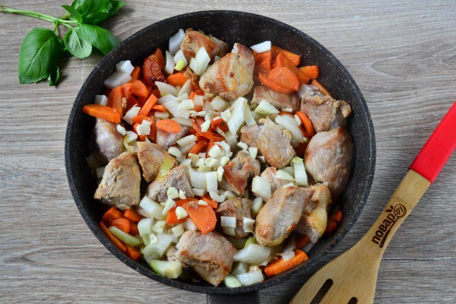 Гуляш из свинины с морковью и луком