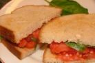 Румяный сандвич с помидором