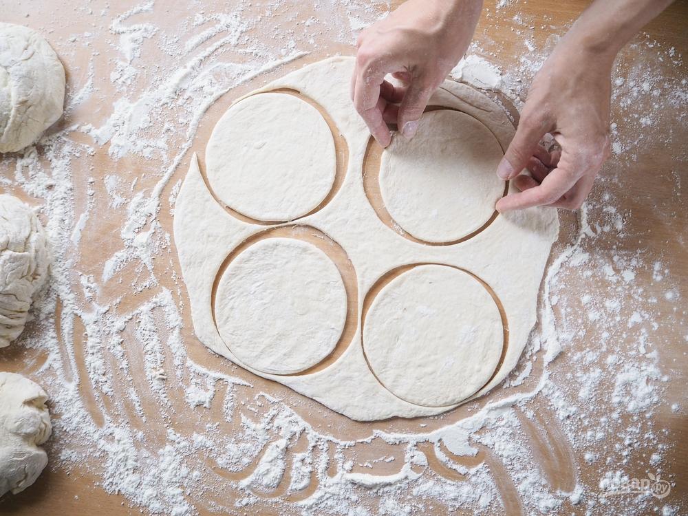 Пирожки с капустой, шаг 1: приготовление и раскатка теста