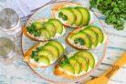 Бутерброды с авокадо и творожным сыром