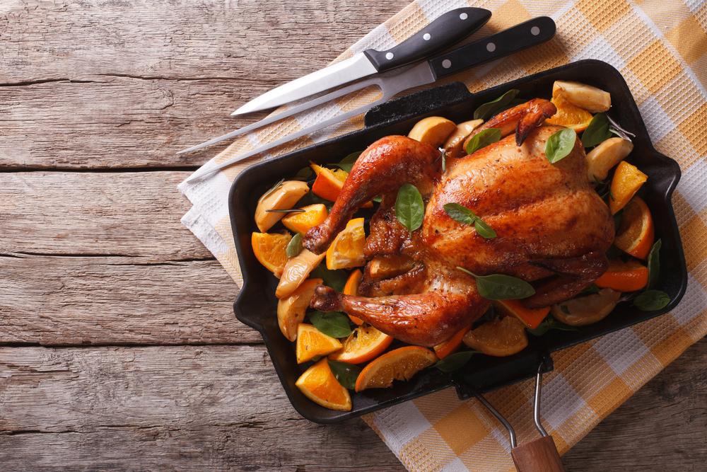 Запеченная в духовке курица с яблоками и апельсинами