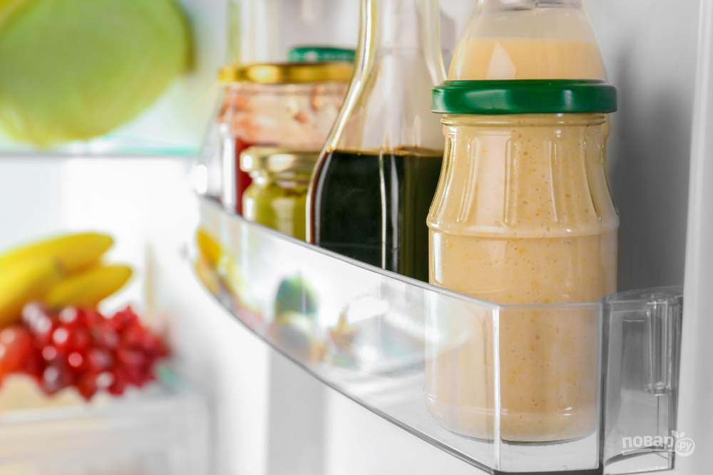 Стеклянные банки с продуктами в холодильнике