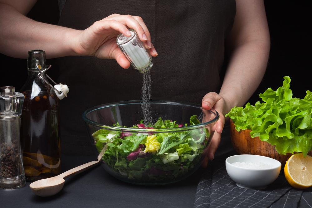 Используйте высокие салатники для смешивания салата!