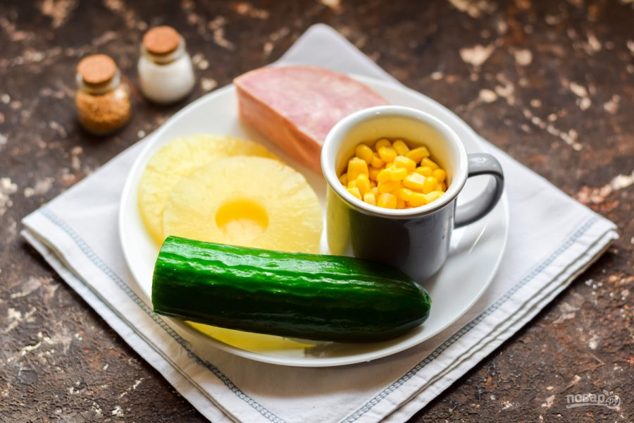 Ингредиенты для салата с ветчиной и ананасом