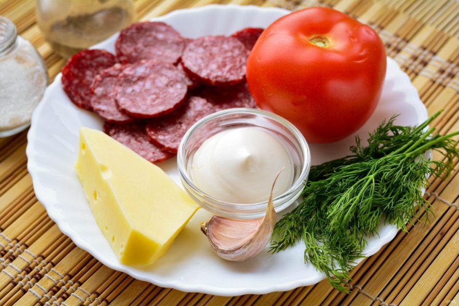 Ингредиенты для салата с колбасой