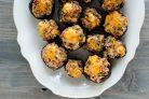 Фаршированные грибы с сыром, орехами и беконом
