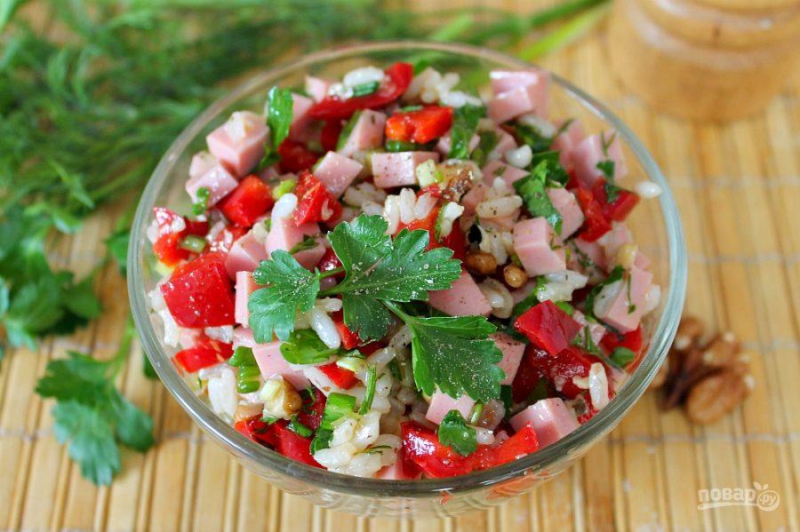 Салат с колбасой, сладким перцем и рисом