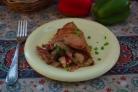 Куриные бедра с яблоком и изюмом