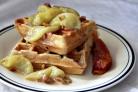 Вафли с яблоками и орехами