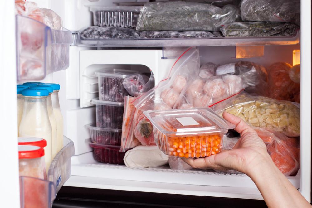 Морозилка, наполненная ягодами и овощами