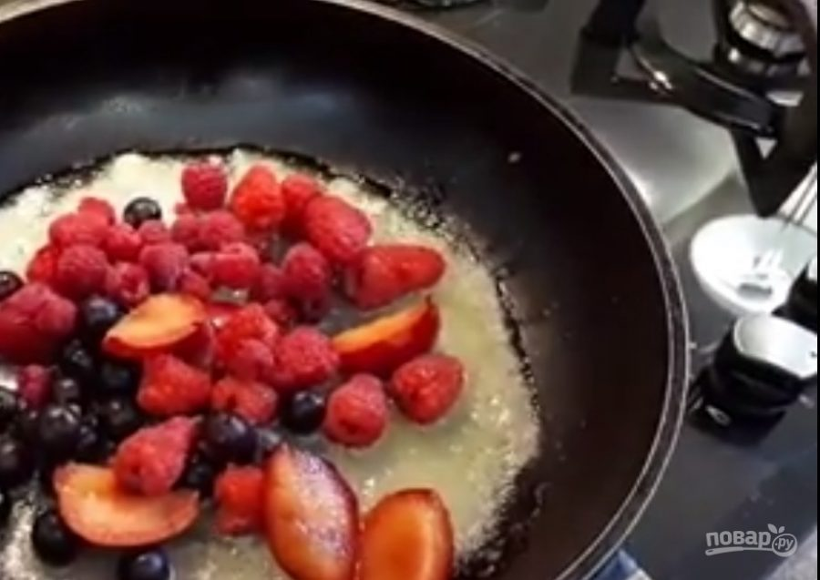 Соте из ягод на гренках
