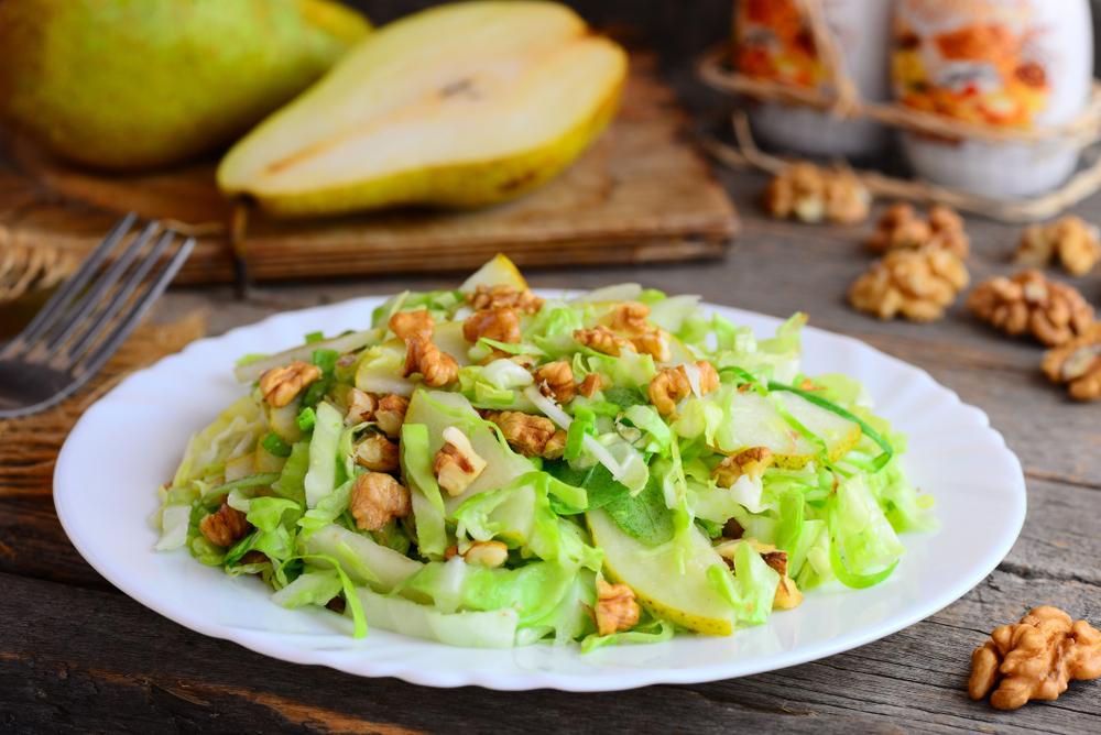 Салат с грушей, грецкими орехами и капустой