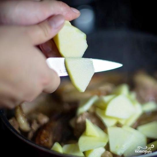 Тушеное мясо утки с яблоками