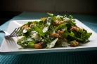 Салат с руколлой, луком, сыром и орехами