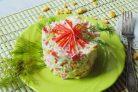 Салат с крабовыми палочками и сухариками