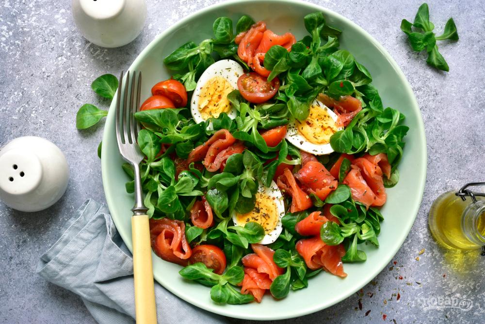 Салат с яйцами, красной рыбой и помидорами