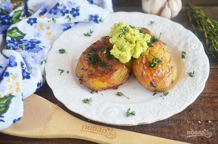 Запеченный картофель с соусом из авокадо