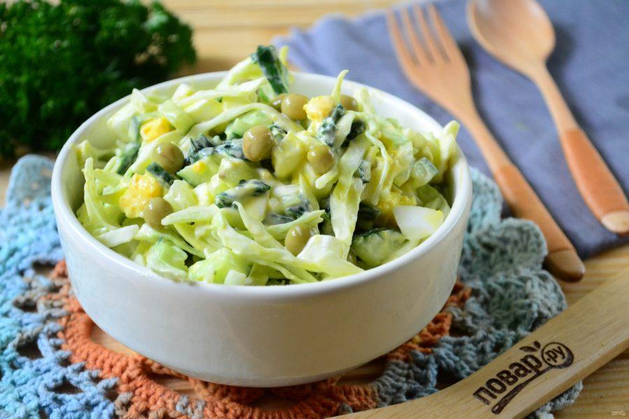 Салат с крапивой, яйцами и огурцами
