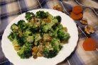 Салат из брокколи с курагой, изюмом и орехами