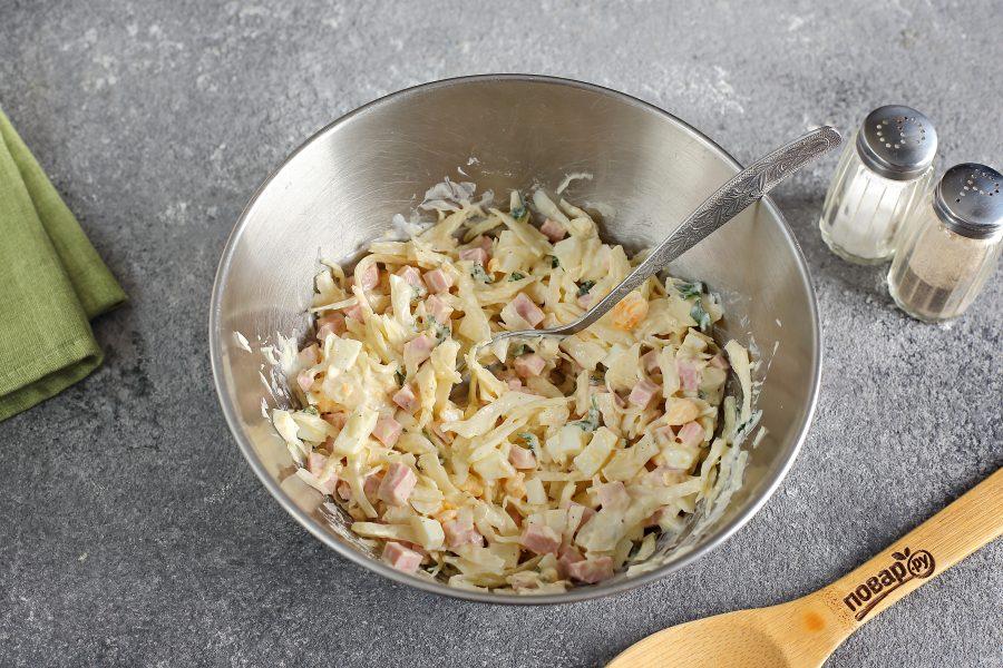 Салат с яйцом, капустой и колбасой