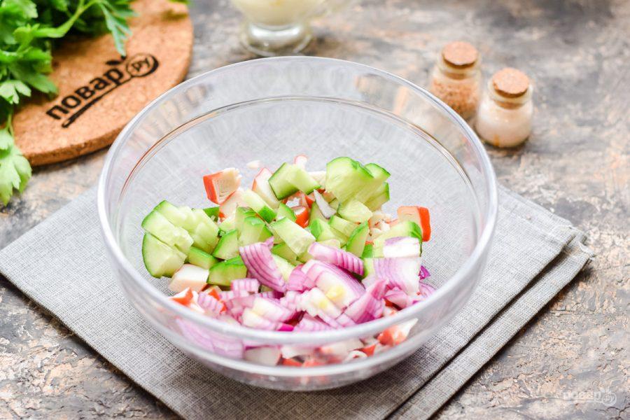 Салат с крабовыми палочками и мойвой