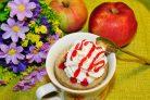 Кекс с яблоками в кружке в микроволновке