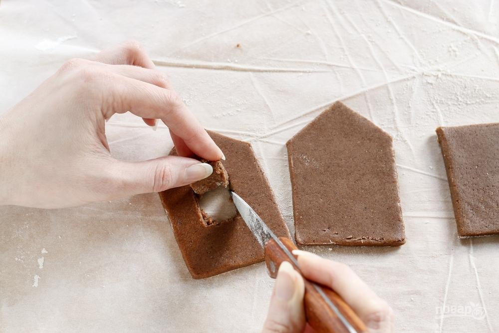 Вырезаем окна имбирного домика ножом