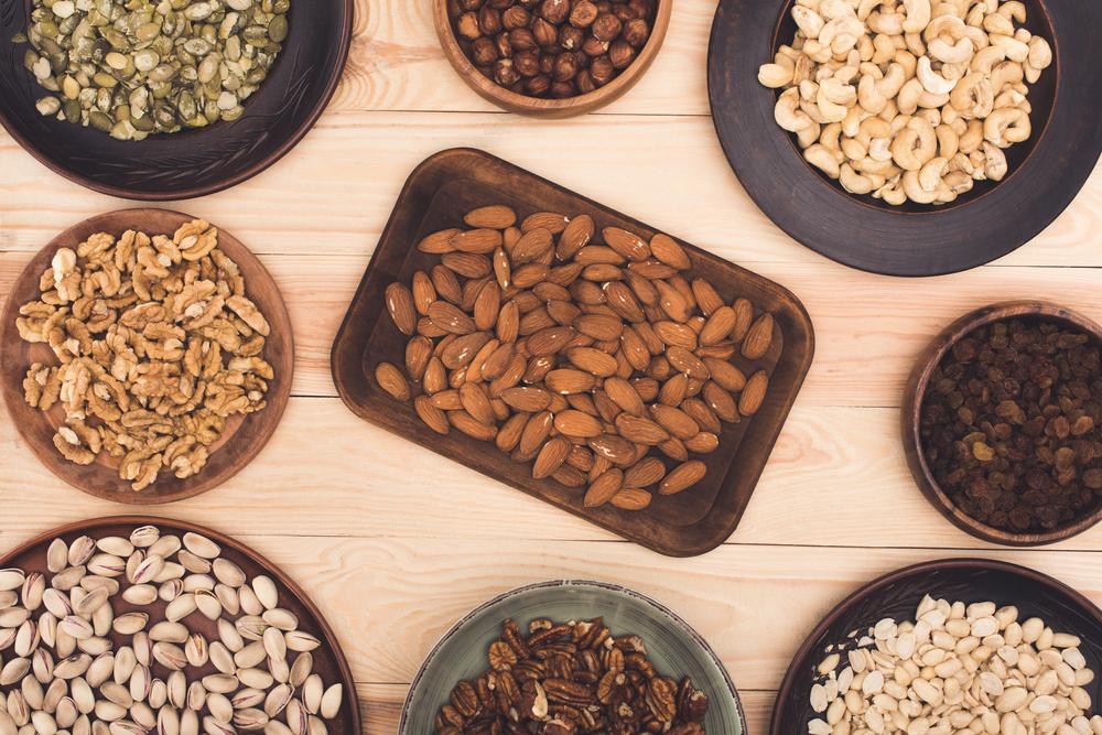 Орехи: миндаль, фундук, кешью, пекан, грецкие, фисташки, арахис, тыквенные семечки и изюм