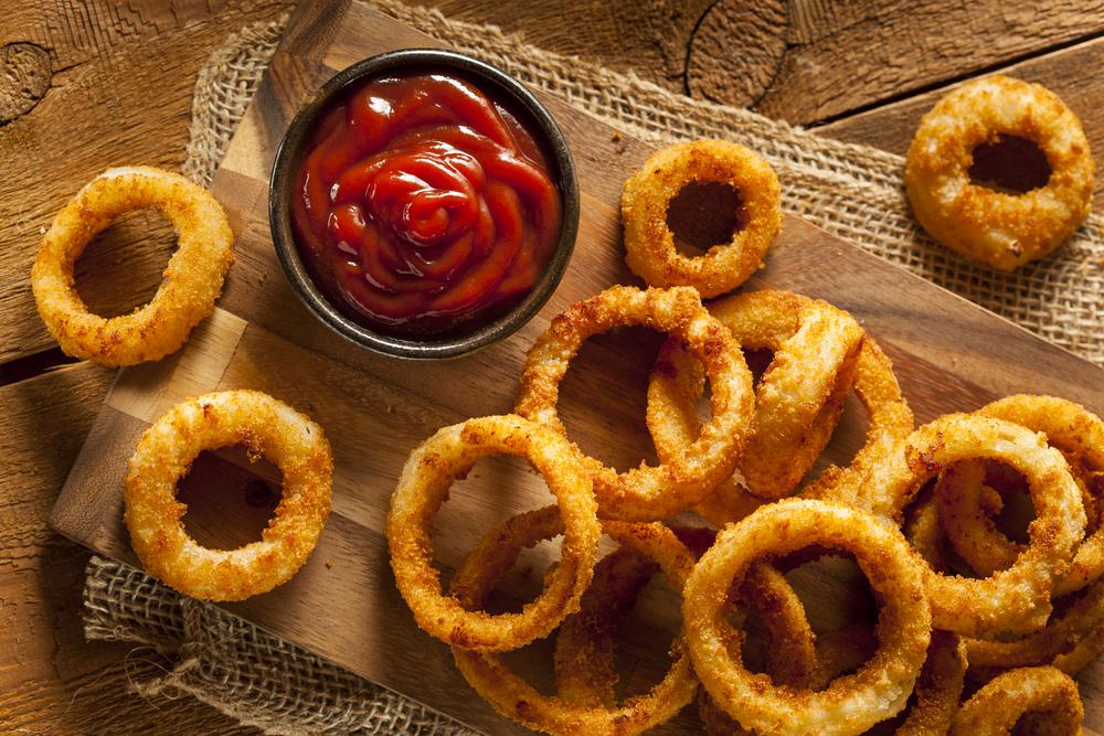 Луковые кольца в кляре с соусом