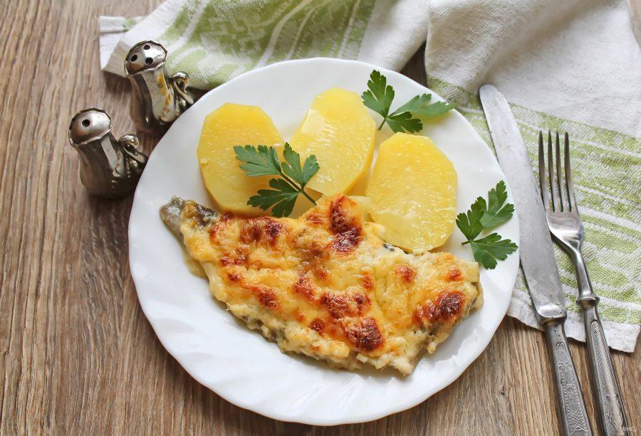 Минтай запеченный в сырном соусе