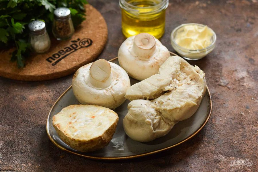 Салат из курицы, грибов и сельдерея