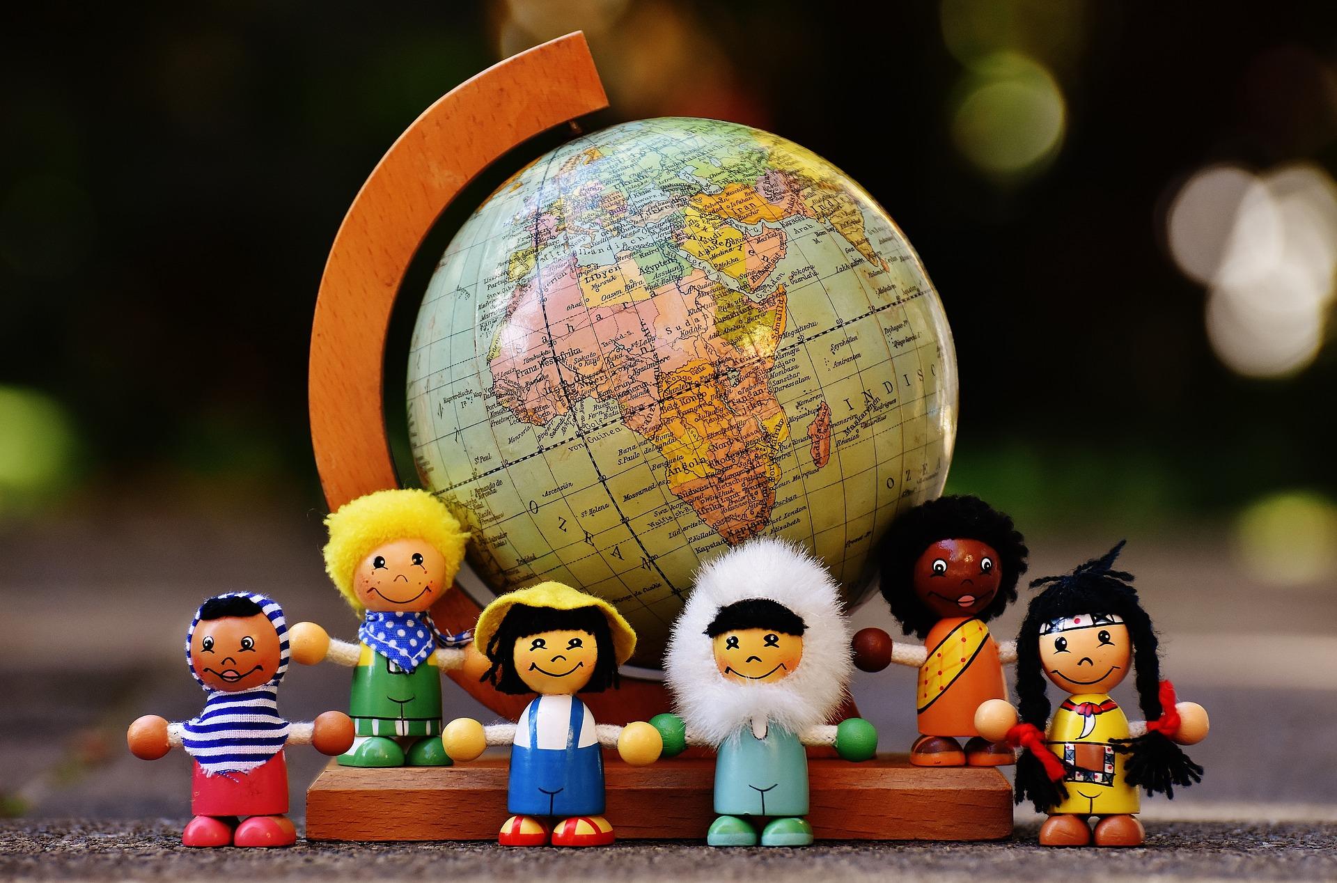 Глобус и фигурки представителей разных народов мира