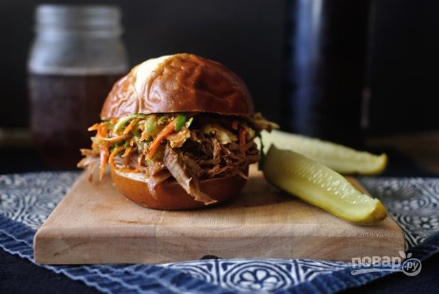 Бургер со свининой и капустой