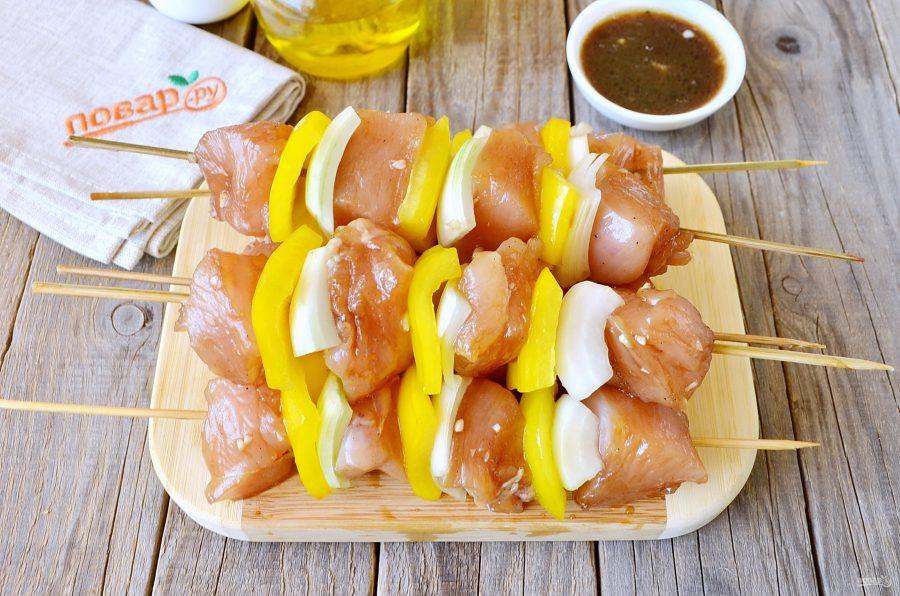 Шашлычки из курицы в меду с овощами
