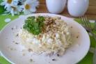 Слоеный салат с курицей и орехами