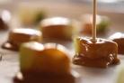 Дольки яблок в карамели