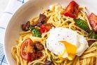 Спагетти с беконом, томатами и яйцом-пашот