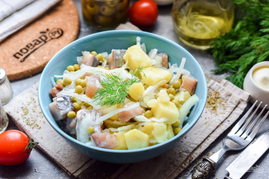 Салат из селедки с луком и горошком